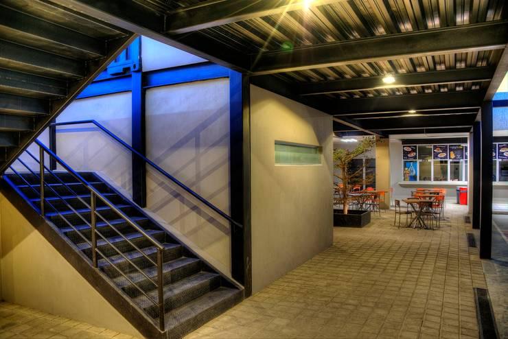 COLEGIO INGLES HIDALGO: Escaleras de estilo  por Con Contenedores S.A. de C.V.,
