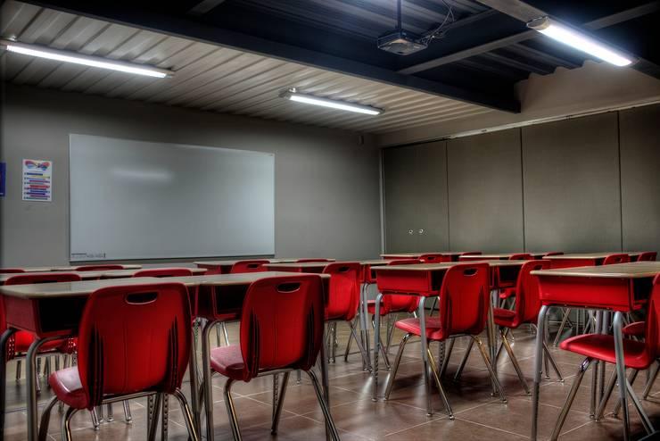 COLEGIO INGLES HIDALGO: Estudios y oficinas de estilo  por Con Contenedores S.A. de C.V.,