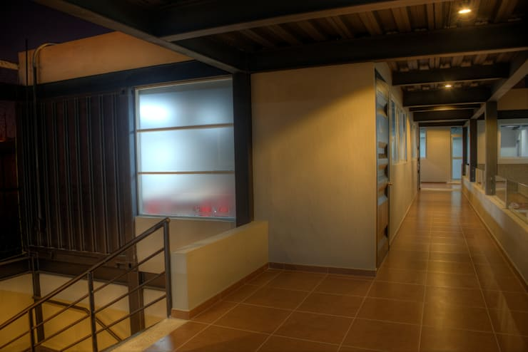 COLEGIO INGLES HIDALGO: Pasillos y recibidores de estilo  por Con Contenedores S.A. de C.V.,