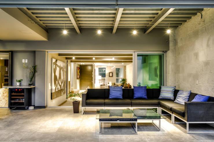 CASA POMPEYA : Salas de estilo  por Con Contenedores S.A. de C.V.,