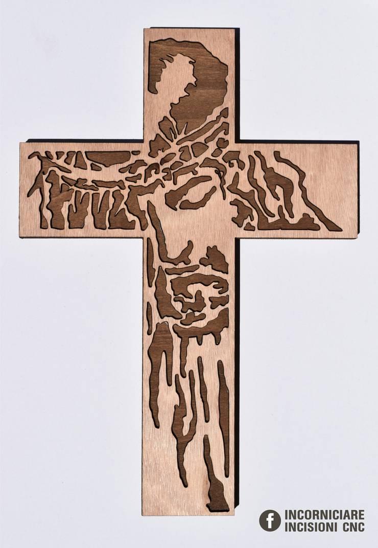 Volto Santo di Gesù Croce in legno okumè: Arte in stile  di INCORNICIARE,