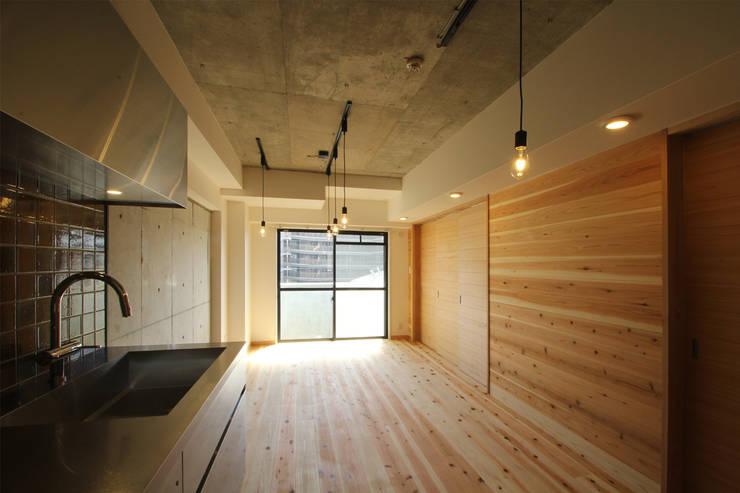 リビング 可動間仕切 閉: 三浦喜世建築設計事務所が手掛けたリビングです。,ミニマル 木 木目調