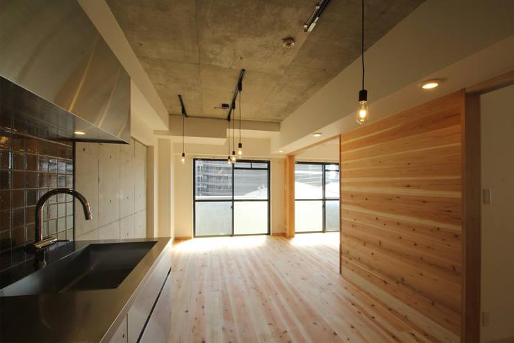 リビング 可動間仕切 開: 三浦喜世建築設計事務所が手掛けたリビングです。,ミニマル 木 木目調