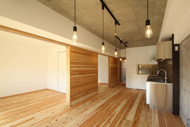 ダイニング 可動間仕切 開: 三浦喜世建築設計事務所が手掛けたダイニングです。,ミニマル 木 木目調