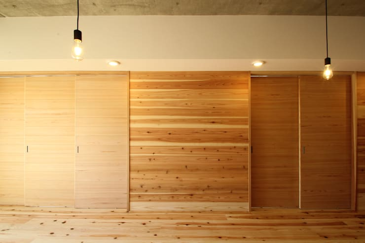 アクセント壁 可動間仕切 閉: 三浦喜世建築設計事務所が手掛けた壁です。,ミニマル 木 木目調