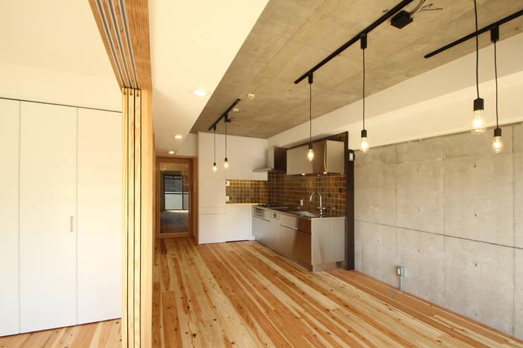 リビングからダイニング、キッチンを見る: 三浦喜世建築設計事務所が手掛けたダイニングです。,ミニマル 木 木目調