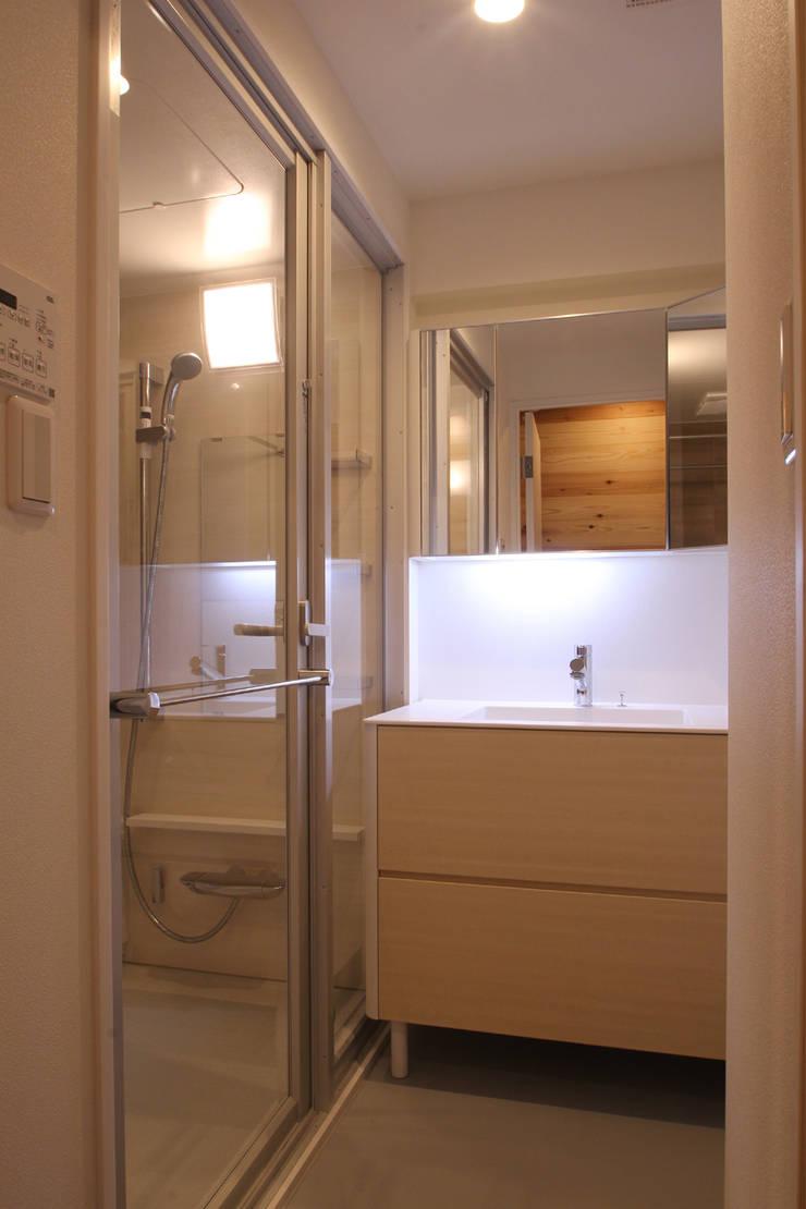 浴室、洗面室: 三浦喜世建築設計事務所が手掛けた浴室です。,ミニマル ガラス