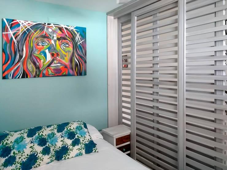 Puerta corrediza en la habitación: Habitaciones pequeñas de estilo  por Remodelar Proyectos Integrales,