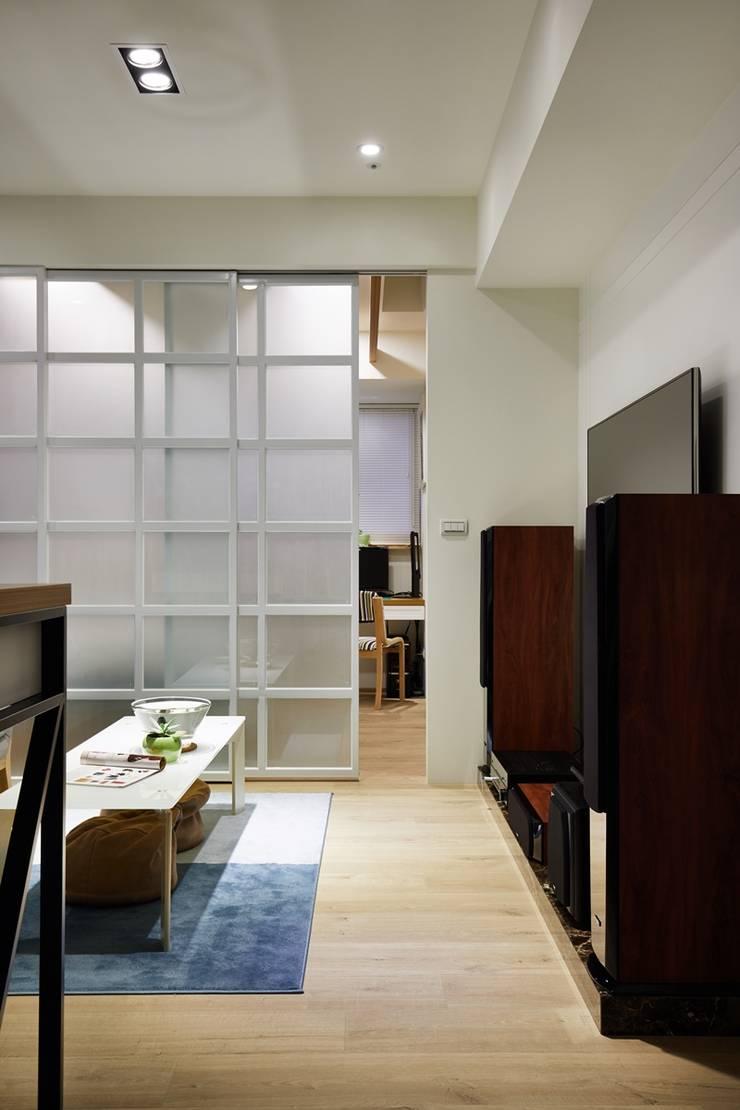 客廳與臥室用霧面拉門做分隔:  客廳 by 弘悅國際室內裝修有限公司,