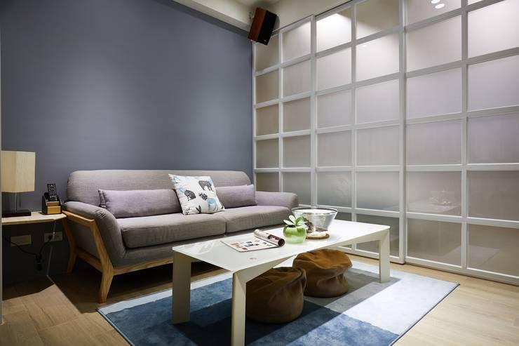 以低調的灰藍作為客廳牆面主體色:  客廳 by 弘悅國際室內裝修有限公司,