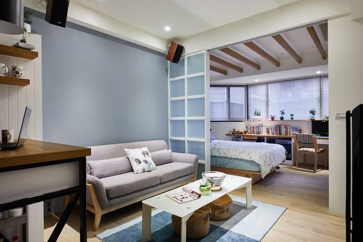 拉門打開後就能看見臥室與工作空間:  小臥室 by 弘悅國際室內裝修有限公司,