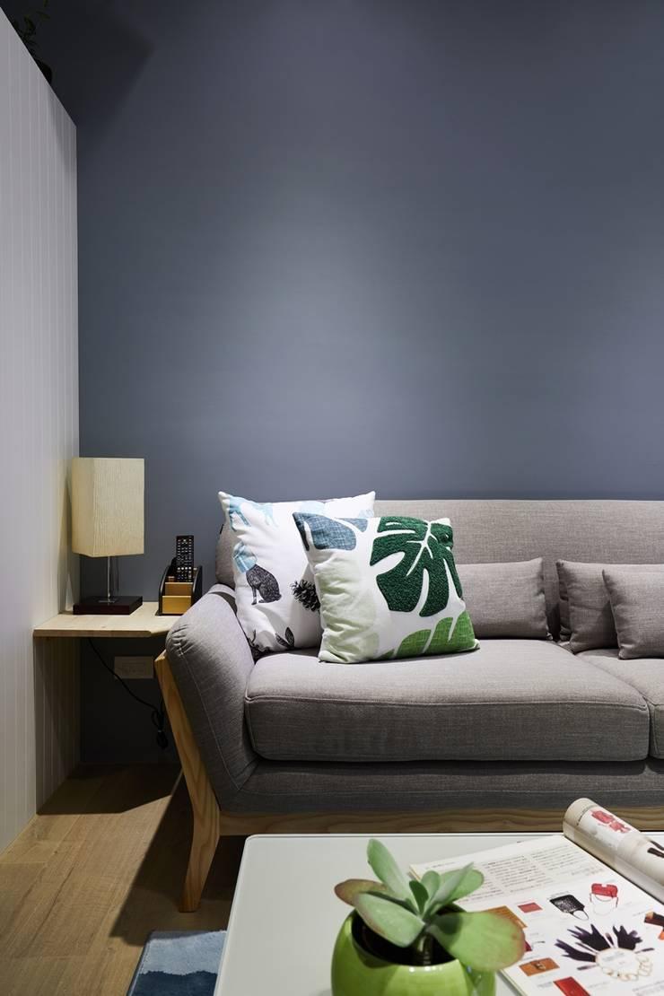 有設計感的沙發為空間帶來慵懶舒適的氛圍:  客廳 by 弘悅國際室內裝修有限公司,