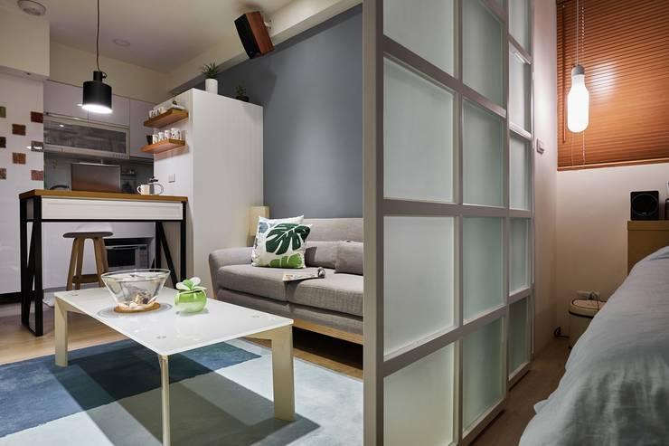 臥室望向客廳與餐廳空間:  室內景觀 by 弘悅國際室內裝修有限公司,