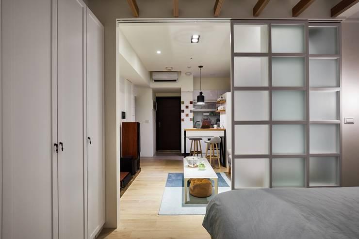 視覺的延伸讓人感覺空間並不狹隘:  室內景觀 by 弘悅國際室內裝修有限公司,