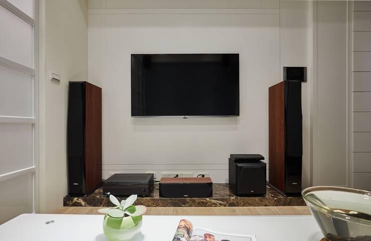 簡單的電視牆面不做過多裝飾:  牆面 by 弘悅國際室內裝修有限公司,