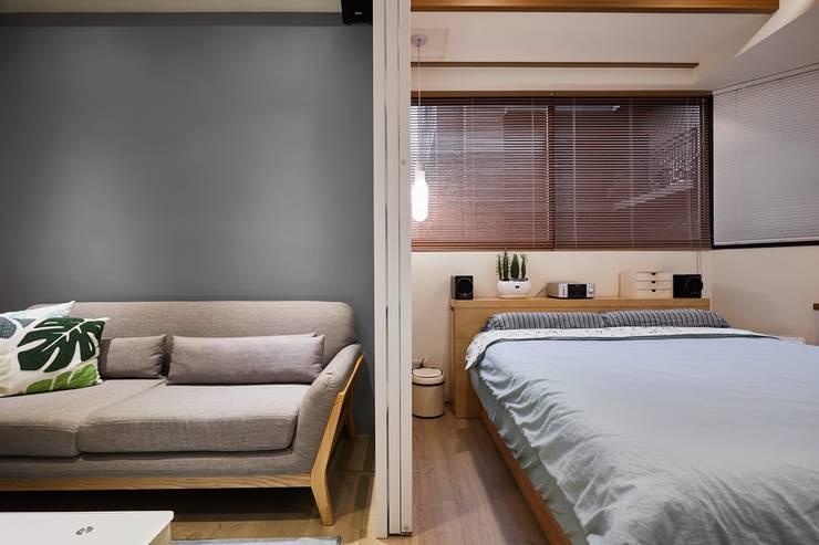 一扇拉門隔出兩個空間:  窗戶與門 by 弘悅國際室內裝修有限公司,