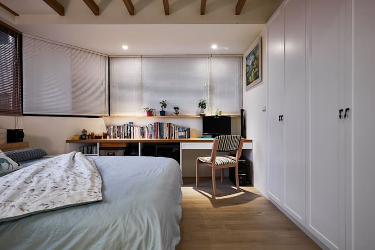臥室兼具書房的機能:  小臥室 by 弘悅國際室內裝修有限公司,