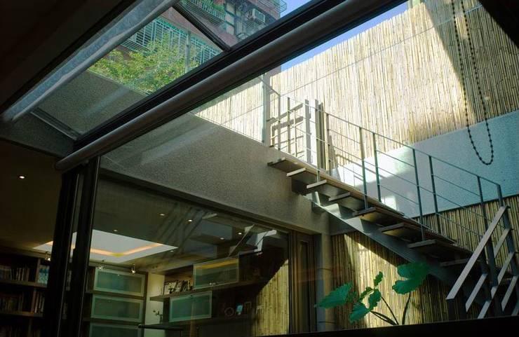 室內的階梯通往屋頂的露台:  玄關、走廊與階梯 by 鼎爵室內裝修設計工程有限公司,