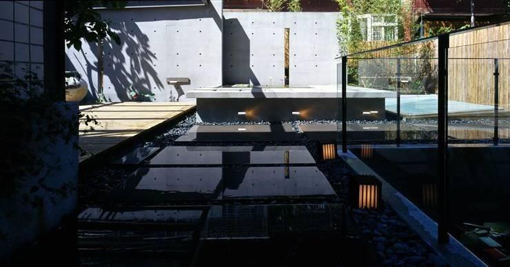 光影切換下露臺有另一種風情:  花園 by 鼎爵室內裝修設計工程有限公司,