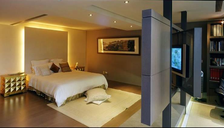 以電視牆隔開臥室與書房空間:  小臥室 by 鼎爵室內裝修設計工程有限公司,