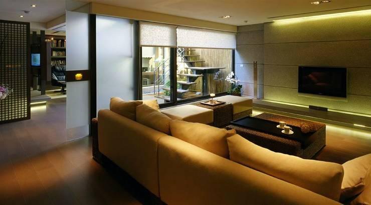 大片落地窗將露臺的自然光帶入:  客廳 by 鼎爵室內裝修設計工程有限公司,