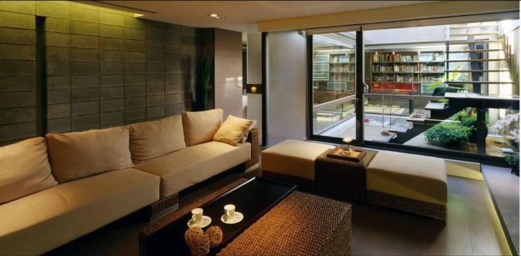 通往露臺的公領域分隔了客廳與書房:  客廳 by 鼎爵室內裝修設計工程有限公司,