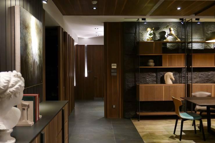 信義頌C宅:  走廊 & 玄關 by 瑞嗎空間設計,