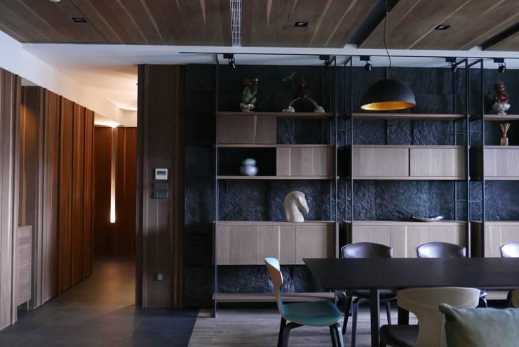 信義頌C宅:  玄關、走廊與階梯 by 瑞嗎空間設計,