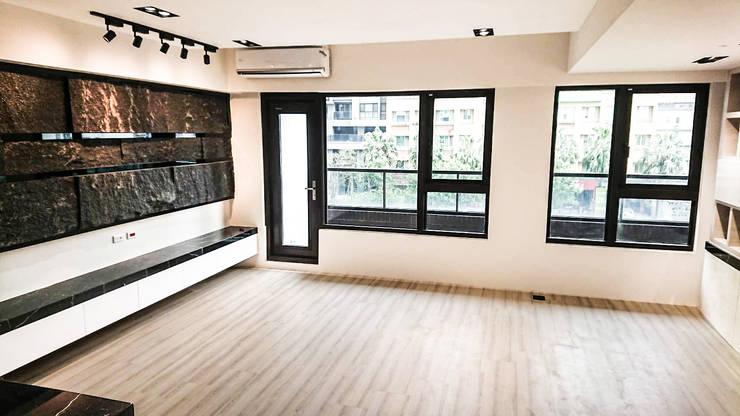 客廳與書房:  客廳 by 大吉利室內裝修設計工程有限公司,