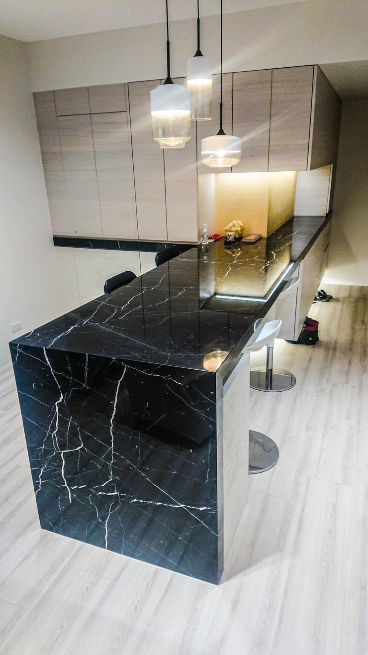 玄關及吧檯風水設計:  走廊 & 玄關 by 大吉利室內裝修設計工程有限公司,