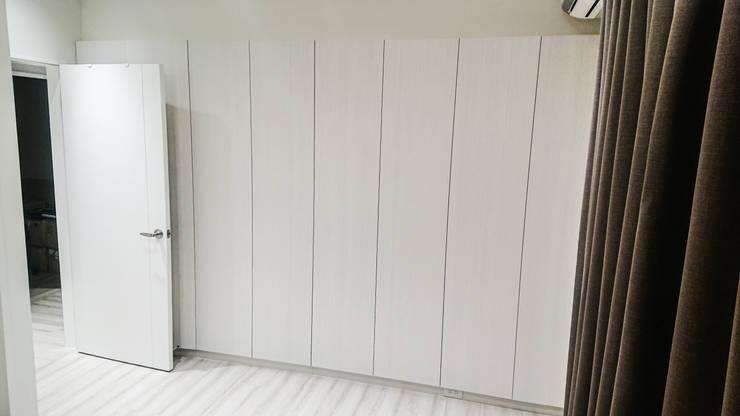 臥室櫃體配置:  臥室 by 大吉利室內裝修設計工程有限公司,