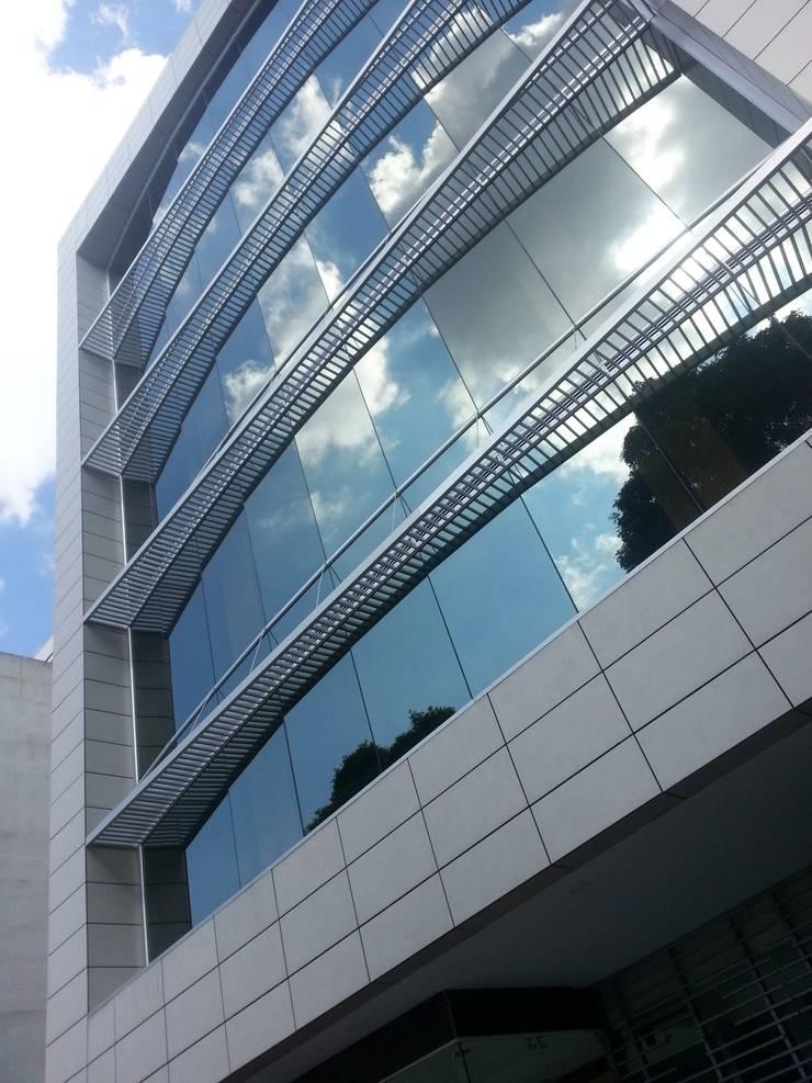 Edificio de Oficinas: Estudios y despachos de estilo  por Goodhaus SAS,