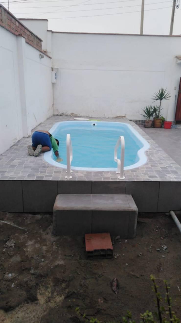 Probando el agua:  de estilo  por Pool Solei,
