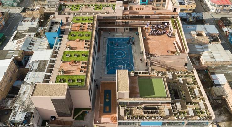Mega Colegio Distrital Santa Librada: Estudios y despachos de estilo  por Arquiteck y Asociados Ltda,