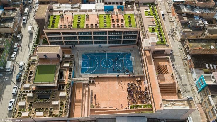 Mega Colegio Distrital Santa Librada Bogotá: Estudios y despachos de estilo  por Arquiteck y Asociados Ltda,
