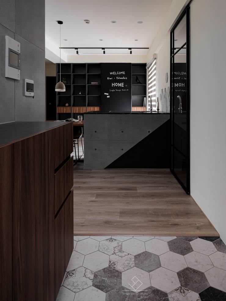 Pasillos y vestíbulos de estilo  de 極簡室內設計 Simple Design Studio, Moderno