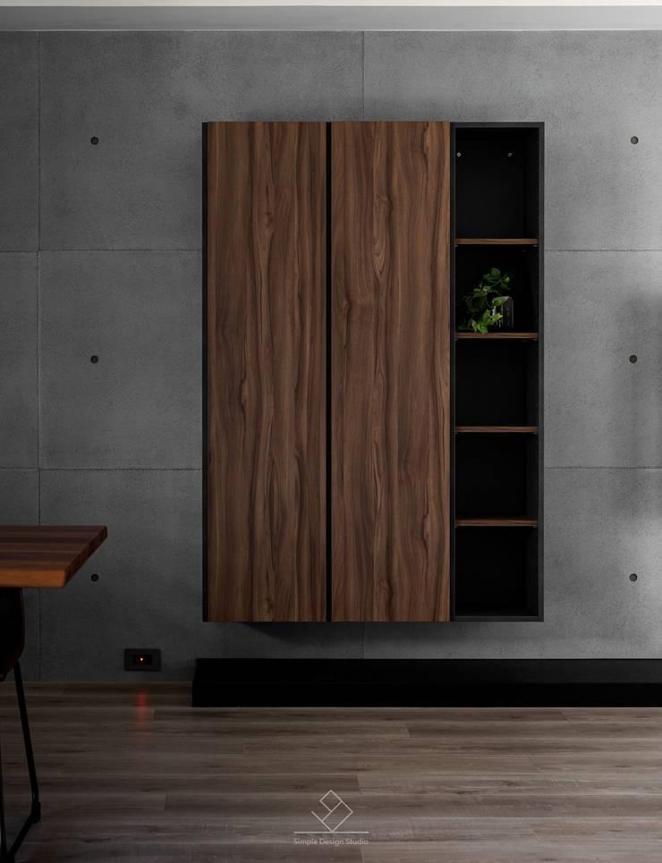 Paredes de estilo  de 極簡室內設計 Simple Design Studio, Moderno