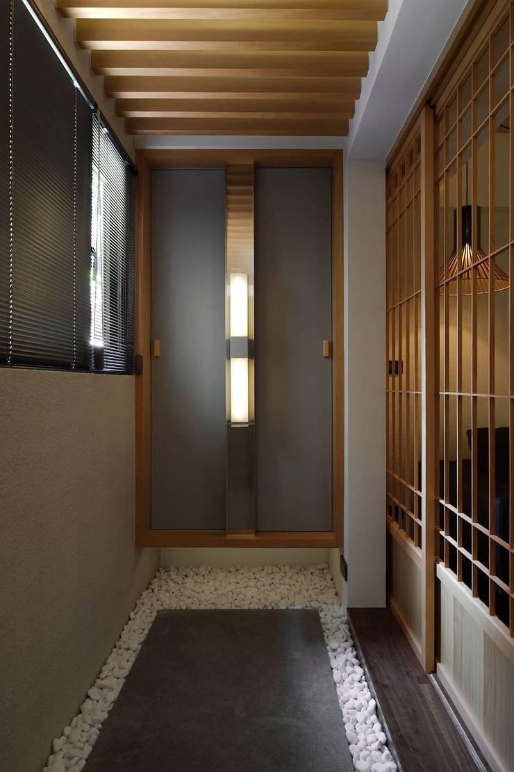 玄關與鞋櫃:  走廊 & 玄關 by 直方設計有限公司,