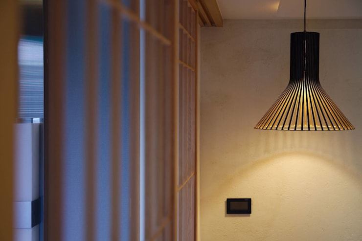 溫暖的照明讓人回家有放鬆的感覺:  玄關、走廊與階梯 by 直方設計有限公司,