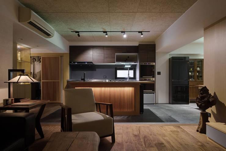 廚房與客廳相連:  系統廚具 by 直方設計有限公司,