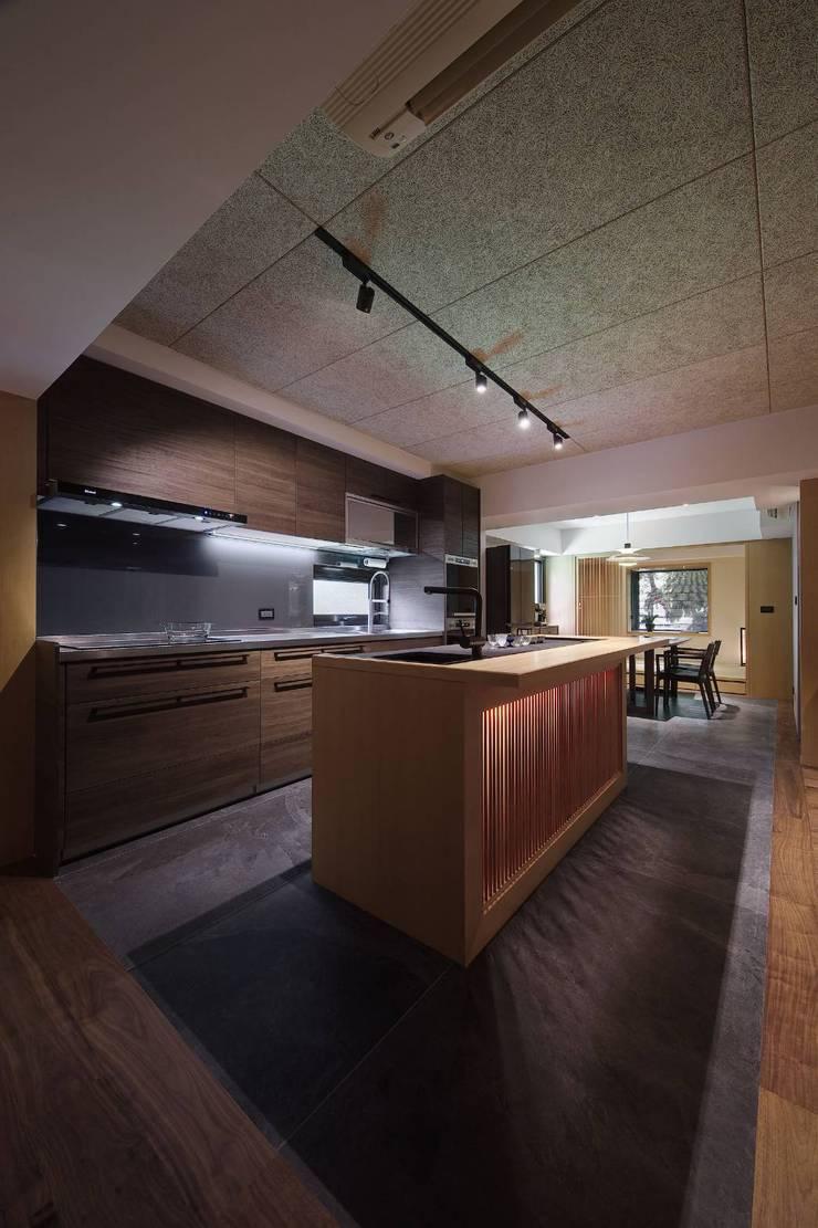 中島下也是儲物空間:  廚房 by 直方設計有限公司,