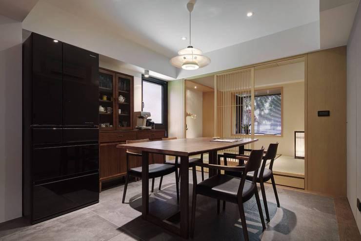 餐廳旁還有一和室空間可以做為泡茶談天的好地方:  餐廳 by 直方設計有限公司,