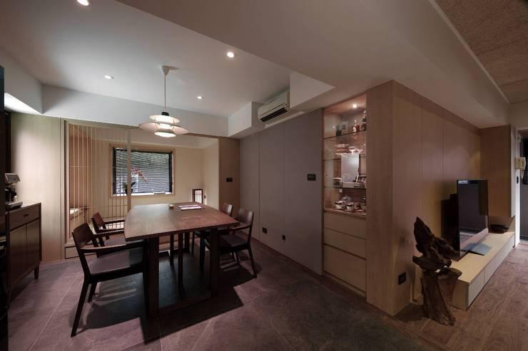 餐廳後方為一客房:  小臥室 by 直方設計有限公司,
