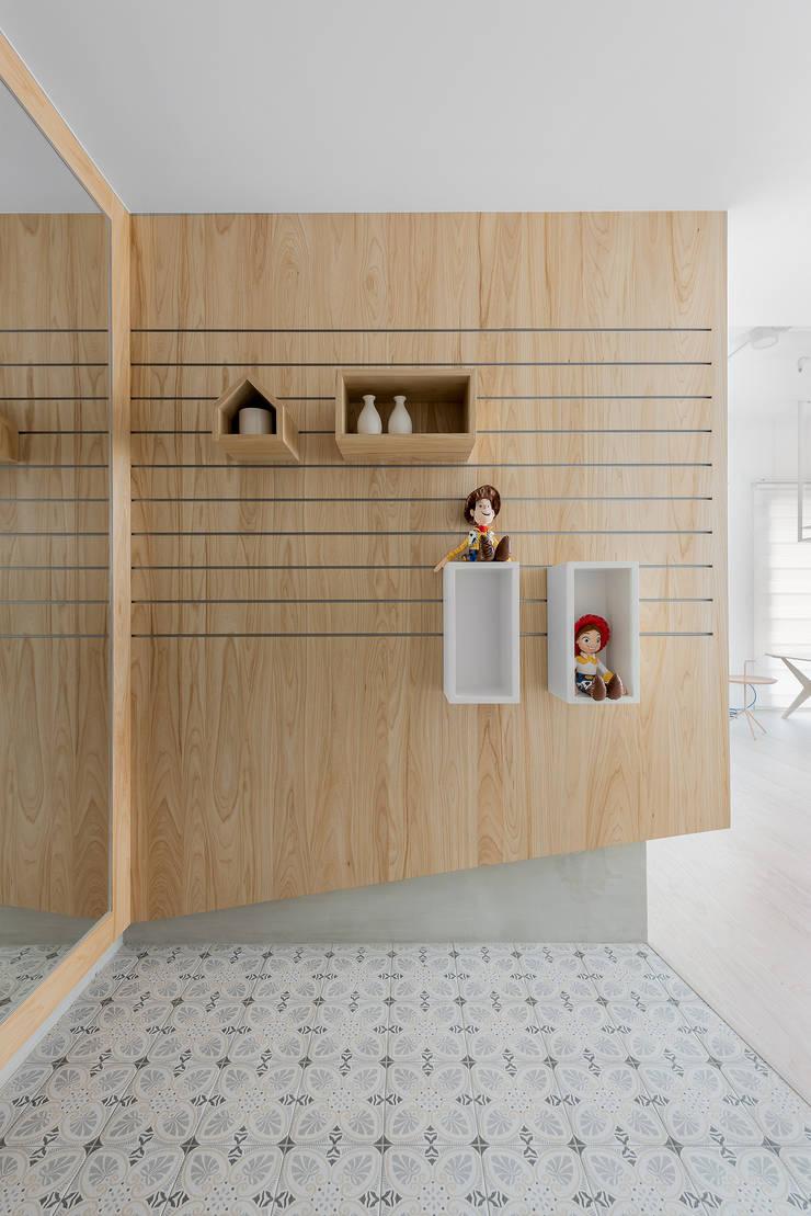 泡泡糖:  走廊 & 玄關 by 寓子設計,