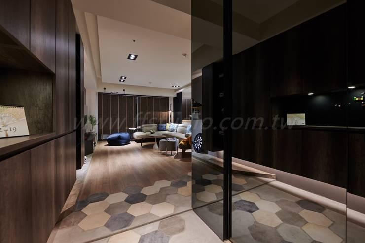 Corredores e halls de entrada  por 芸匠室內裝修設計有限公司 , Industrial Derivados de madeira Transparente