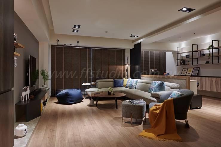 Salas de estar  por 芸匠室內裝修設計有限公司 , Industrial Derivados de madeira Transparente
