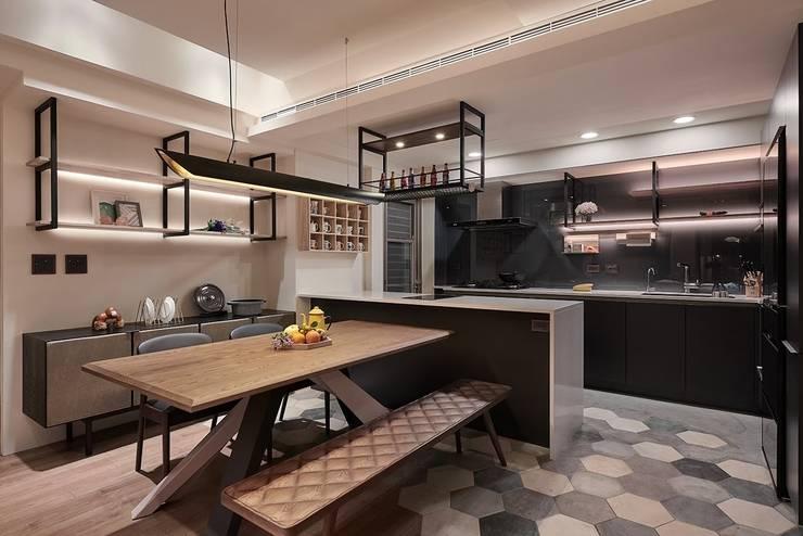 Kitchen units by 芸匠室內裝修設計有限公司, Industrial Iron/Steel