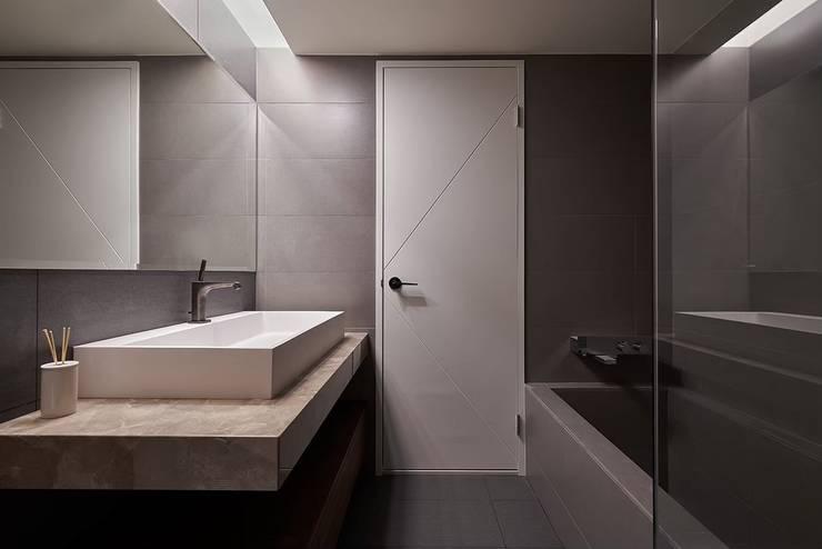 Bathroom by 芸匠室內裝修設計有限公司, Industrial Tiles