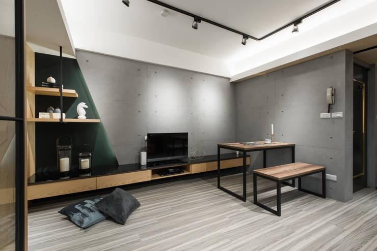 電視牆:  飯店 by 你你空間設計,