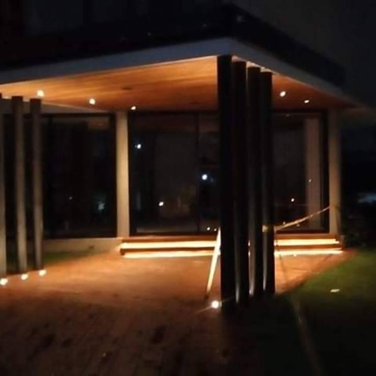 CASA CAMPESTRE PANCE: Casas campestres de estilo  por CARVIC INSTALACIONES ELECTRICAS,